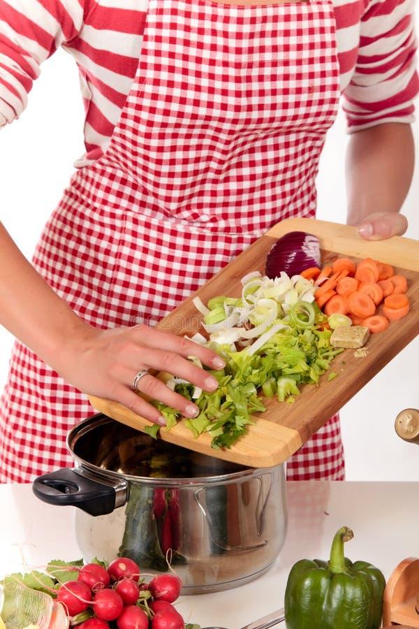 De keukengroenten van de vrouw royalty-vrije stock afbeelding