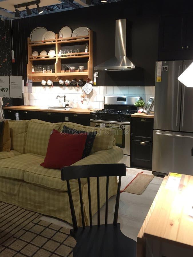 De keukenmeubilair van de familieruimte voor verkoop bij opslag IKEA stock foto's