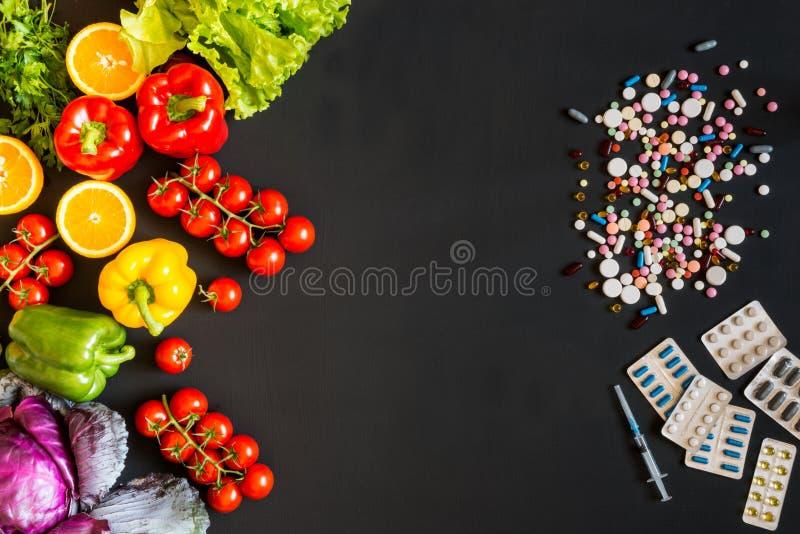 De keus tussen een gezonde levensstijl en medicijnengroenten of pillen stock afbeelding