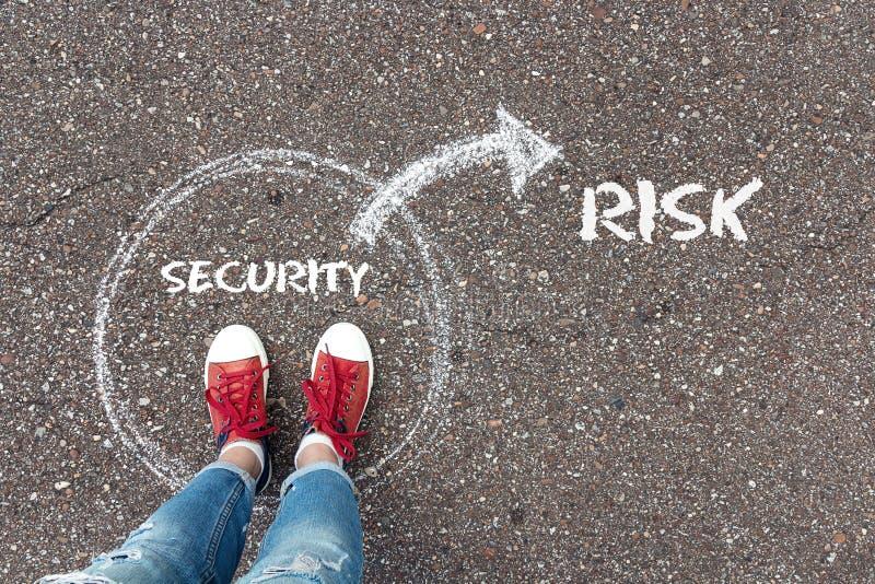 De keus tussen veiligheid en risico Voeten in rode stan tennisschoenen royalty-vrije stock afbeeldingen