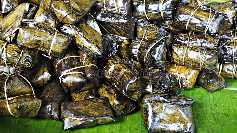 De Khaotommodder is Thais dessert dat kleverige rijst in kokosmelk en zoete banaan samen verpakte royalty-vrije stock foto's
