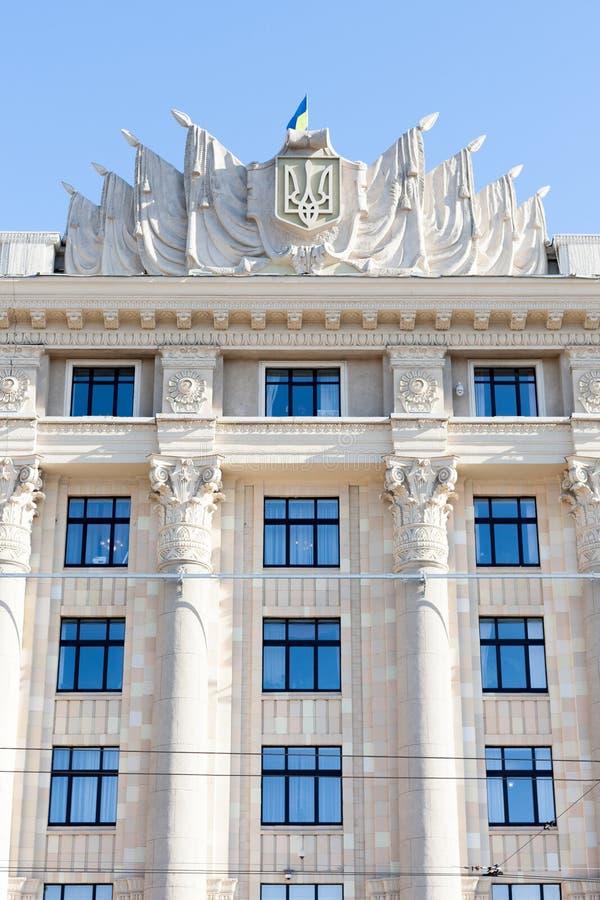De Kharkiv centrale vierkante bouw met vlag van de raad van de Oekraïne oblast uitvoerend comité en burgemeester de werkende plaa stock fotografie
