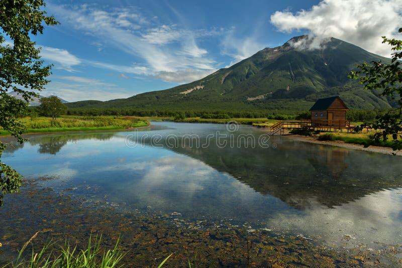 De Khodutkinskiye hete lentes bij de voet van vulkaan Priemysh Aardpark de Zuid- van Kamchatka stock fotografie