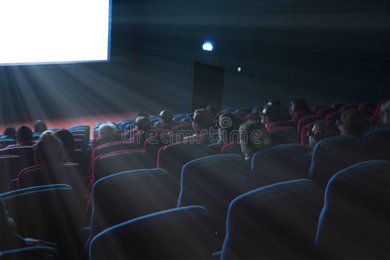 De kijkers letten op een 3D film stock afbeelding