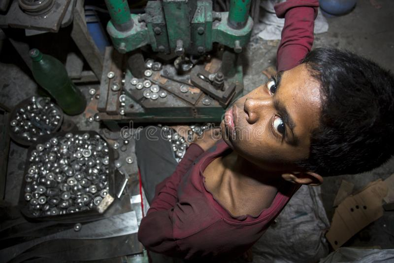 De kinderarbeiden werken staalbal makend fabriek stock foto