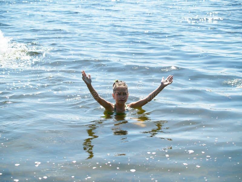 De kinderen baden in de rivier royalty-vrije stock afbeeldingen