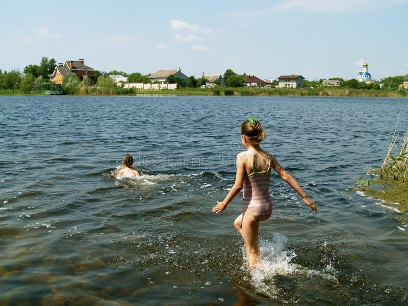 De kinderen baden in de rivier stock fotografie