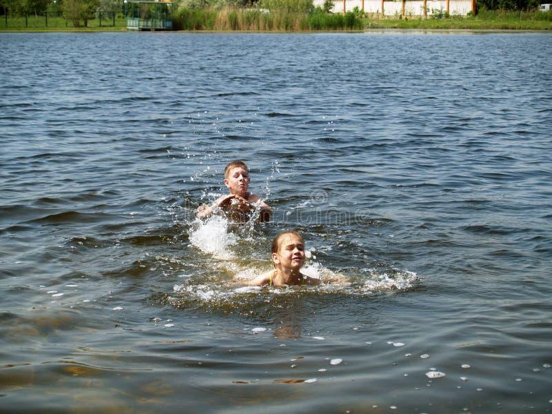 De kinderen baden in de rivier royalty-vrije stock foto