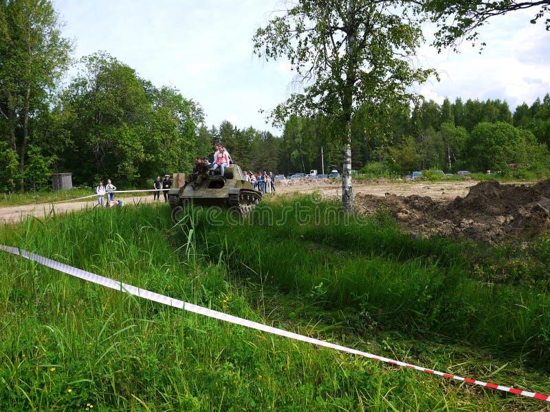 De kinderen berijden op de tank De tank van de tweede wereldoorlog rolt kinderen en volwassenen stock afbeelding