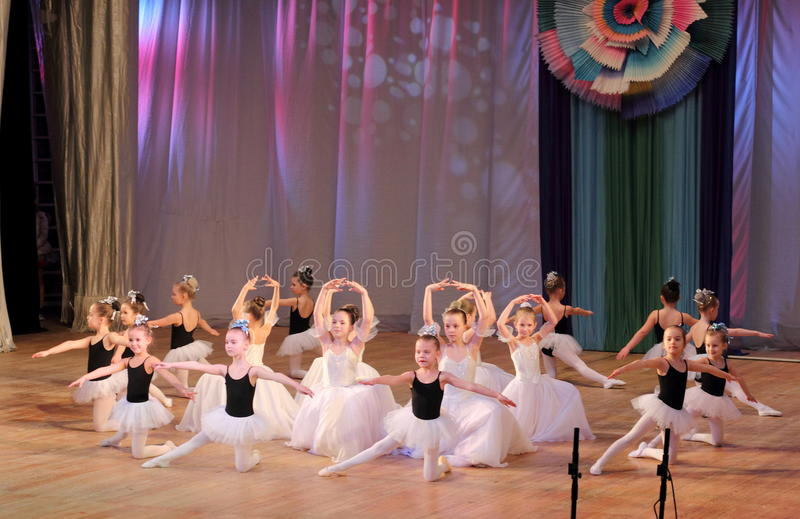 De kinderen dansen ballet stock foto's