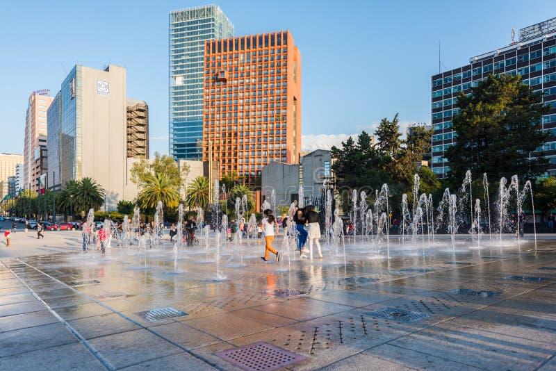 De kinderen die bij de fontein spelen tonen bij het Monument aan de Mexicaanse Revolutie royalty-vrije stock afbeeldingen