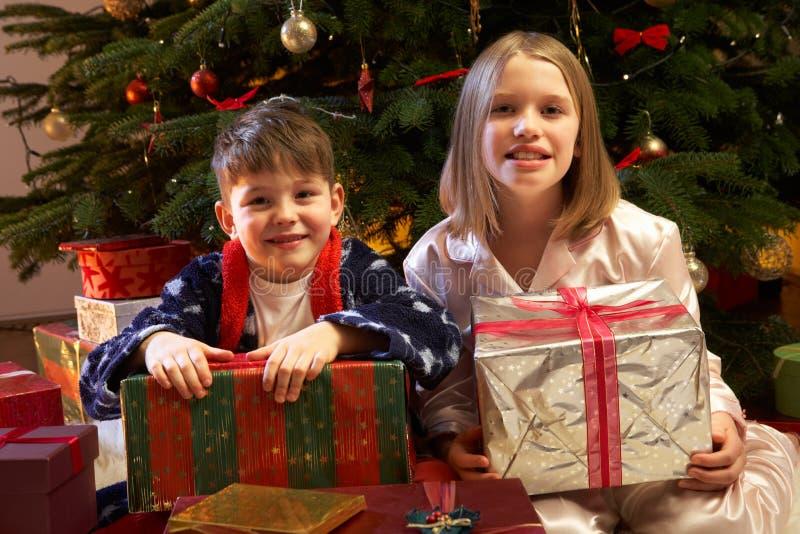 De kinderen die Kerstmis openen stelt voor royalty-vrije stock fotografie