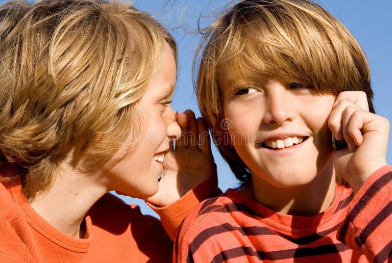 De kinderen die op cel spreken telefoneren royalty-vrije stock foto's