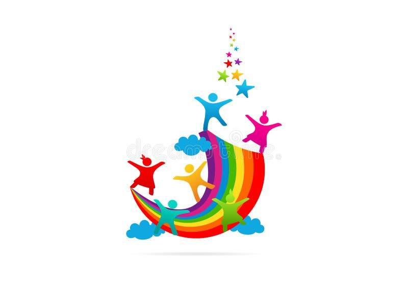 De kinderen die op het vectorembleem van de regenboogverbeelding spelen ontwerpen vector illustratie