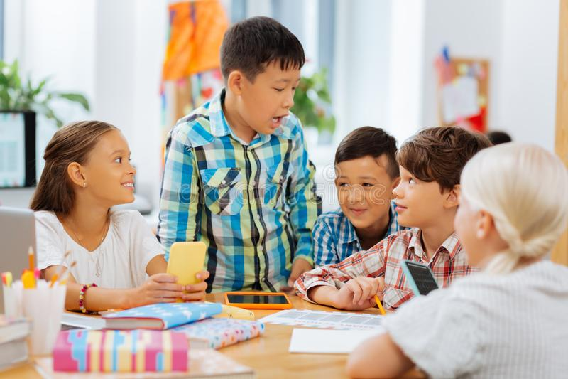 De kinderen die van Nice een kleine onderbreking in een klaslokaal hebben stock afbeeldingen