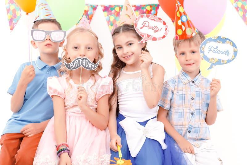 De kinderen die weinig verjaardag houden etiketteert stock afbeelding