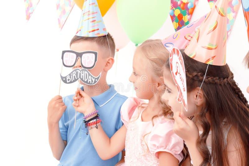 De kinderen die weinig verjaardag houden etiketteert stock foto