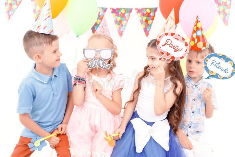 De kinderen die weinig verjaardag houden etiketteert stock foto's