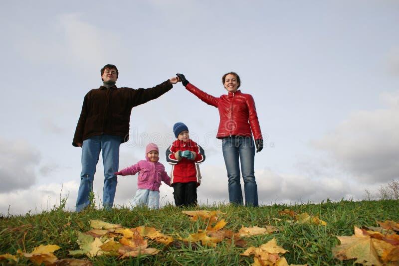 De kinderen in familie huisvesten stock foto's