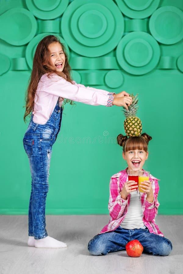 Download De Kinderen Fladderen Meisjes Met Sap En Ananas Bedrieg Stock Afbeelding - Afbeelding bestaande uit voedsel, greep: 107703933