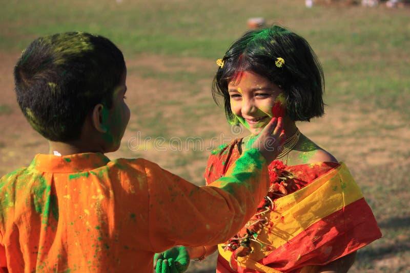 De kinderen genieten van Holi, het kleurenfestival van India stock foto's