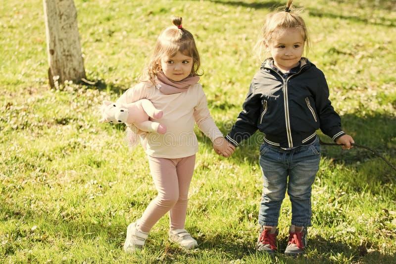De kinderen hebben pret Jongen en meisjesgreephanden op zonnige dag royalty-vrije stock foto