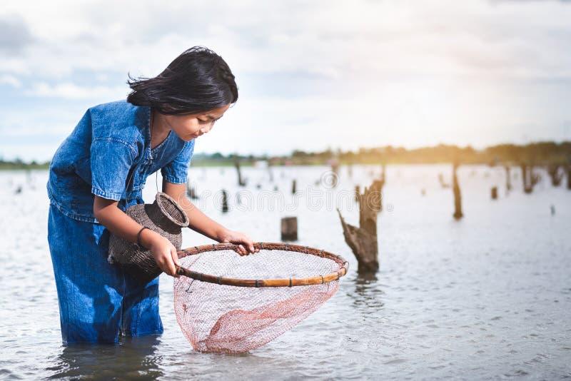 De kinderen hebben pret vissend in lakel Levensstijl van kinderen stock foto's