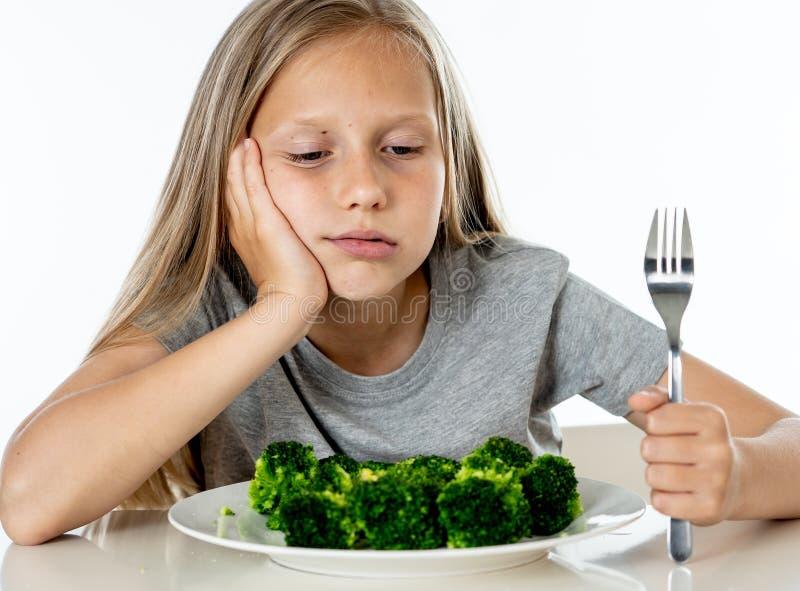 De kinderen houden van geen groenten in gezond het eten concept te eten stock foto