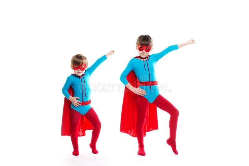 De kinderen kleedden zich aangezien superheroes stel stock afbeelding