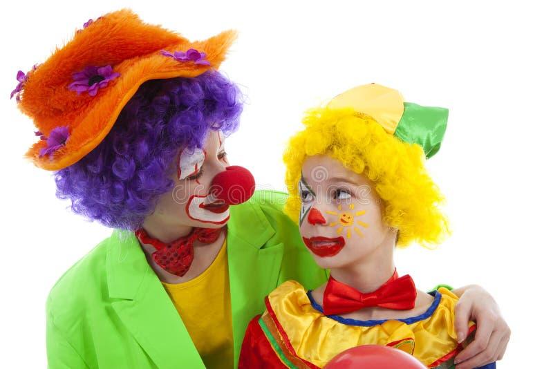 De kinderen kleedden zich als kleurrijke grappige clowns stock afbeelding