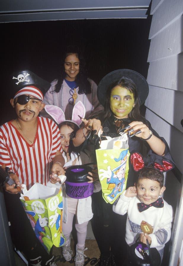 De kinderen kleedden zich in Halloween-Kostuums, Eiken Mening, Californië royalty-vrije stock foto's