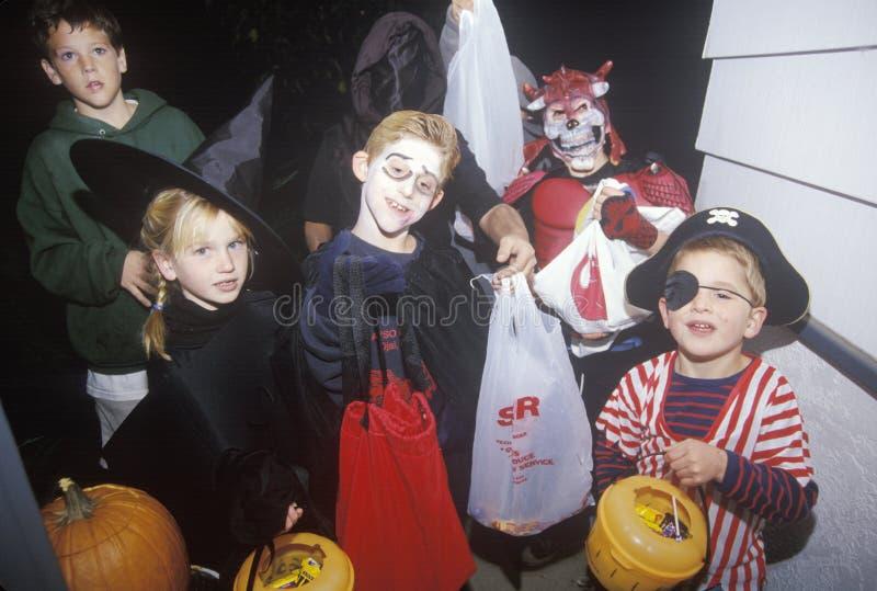 De kinderen kleedden zich in Halloween-Kostuums, Eiken Mening, Californië royalty-vrije stock afbeelding