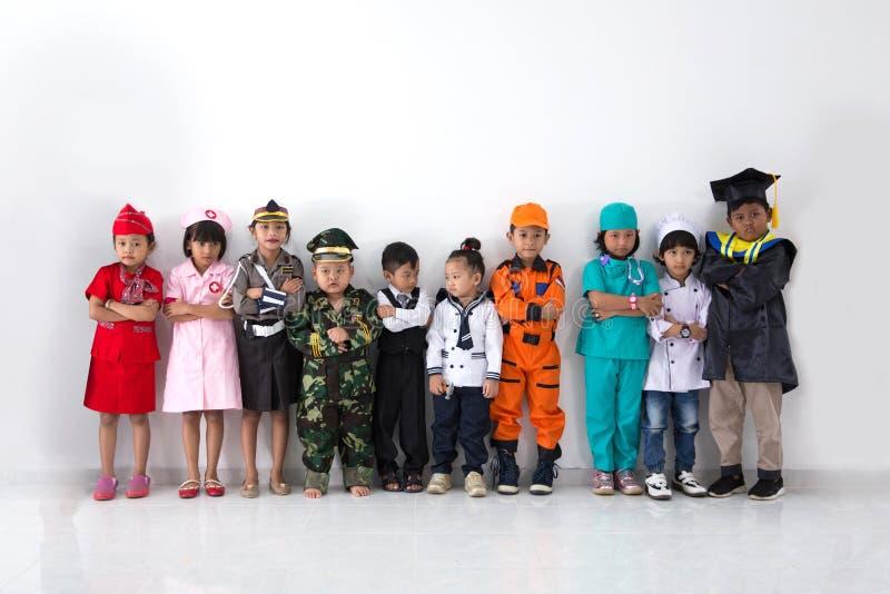 De kinderen kleedden zich in kostuums van verschillende beroepen royalty-vrije stock afbeelding