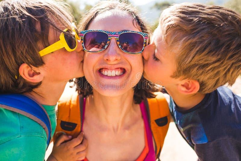De kinderen kussen mamma stock foto's