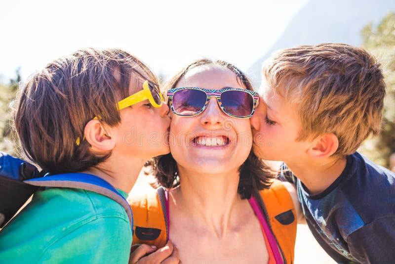 De kinderen kussen mamma stock fotografie