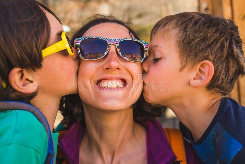 De kinderen kussen mamma royalty-vrije stock foto's