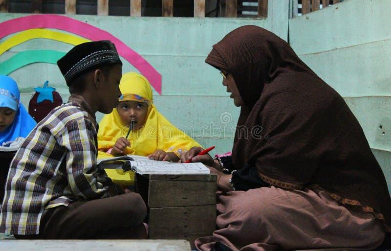 de kinderen leren om al quran in TPA te lezen royalty-vrije stock foto