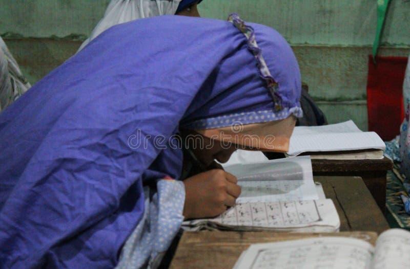 de kinderen leren om al quran in TPA te lezen royalty-vrije stock afbeeldingen
