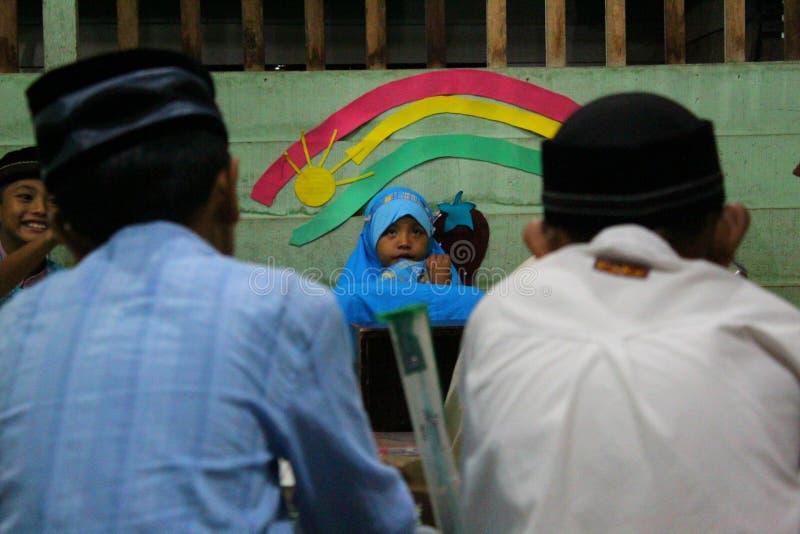 de kinderen leren om al quran in TPA te lezen royalty-vrije stock afbeelding