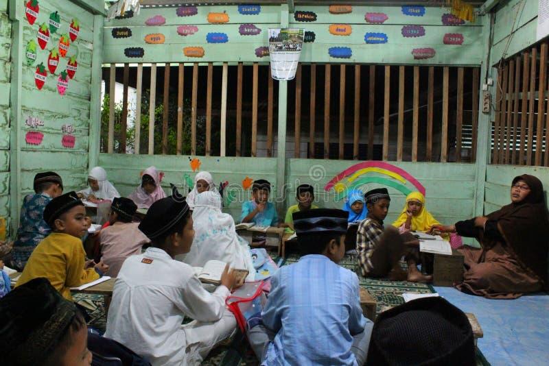 de kinderen leren om al quran in TPA te lezen royalty-vrije stock foto's