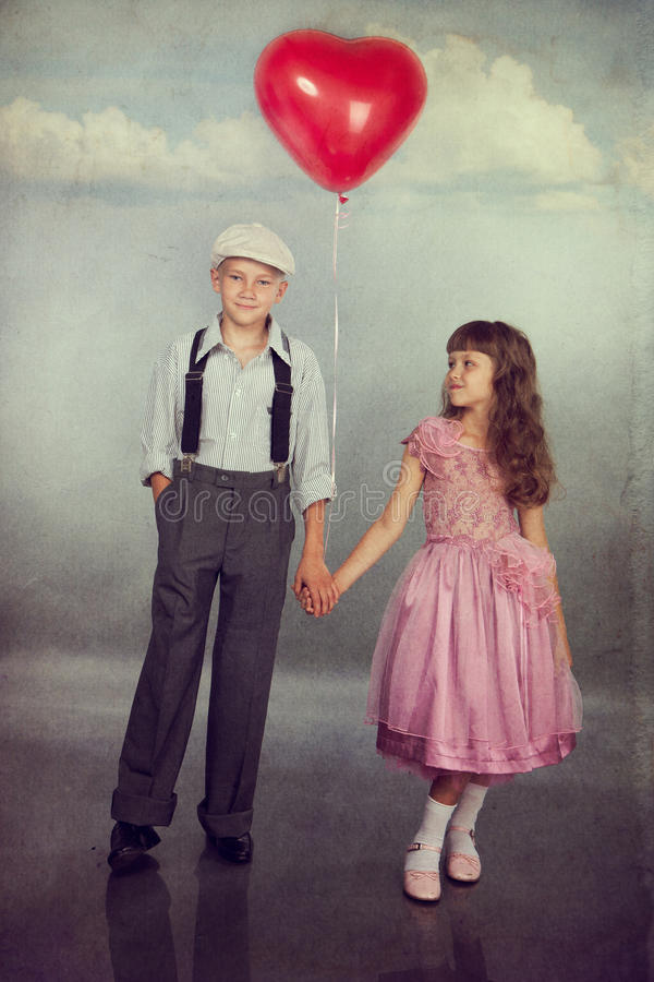 De kinderen lopen met een ballon stock foto's