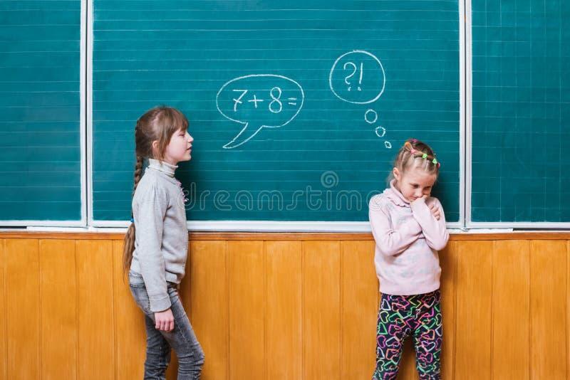De kinderen lossen wiskundeprobleem op stock afbeelding