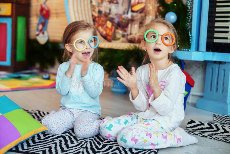 De kinderen met glazen in de ruimte zingen Twee zusters Het concept royalty-vrije stock afbeelding