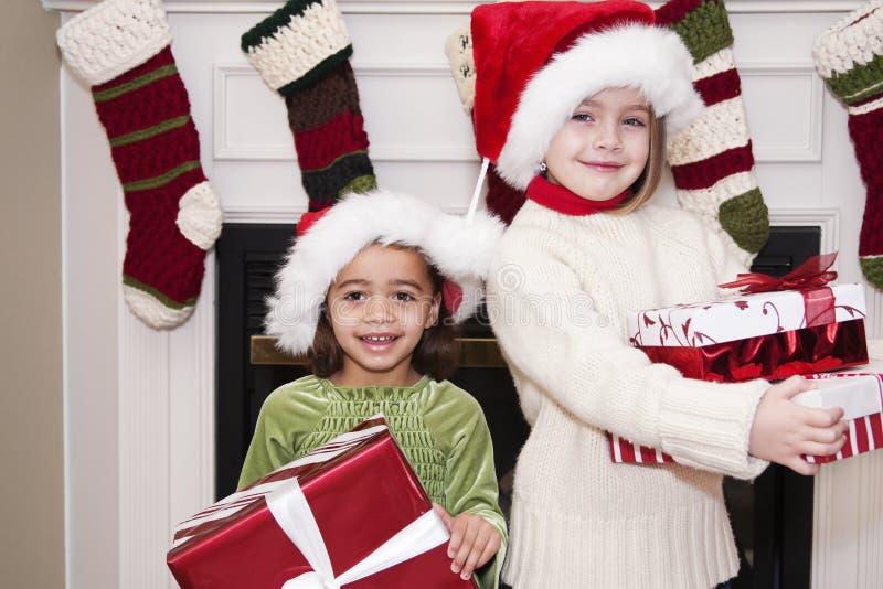 De kinderen met Kerstmis stelt voor stock foto
