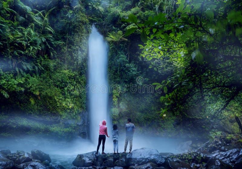 De kinderen met moeder die Sawer-van waterval genieten bekijken royalty-vrije stock afbeeldingen