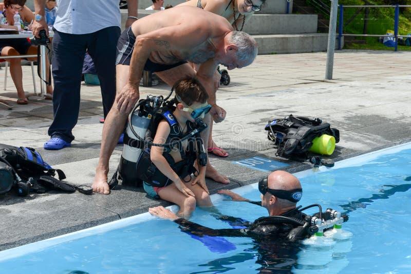 De kinderen ontdekken Vrij duiken op een zwembad royalty-vrije stock foto