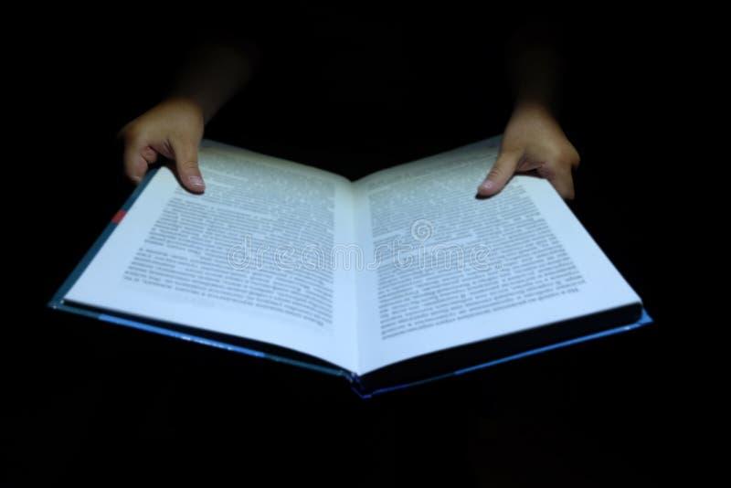 De kinderen ` s overhandigt een boek stock afbeelding