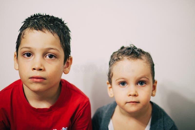 De kinderen shampooed voor luizen royalty-vrije stock foto