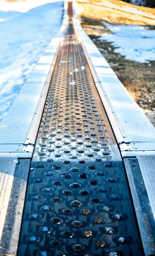 De kinderen ski?en Transportband in skitoevlucht stock afbeelding