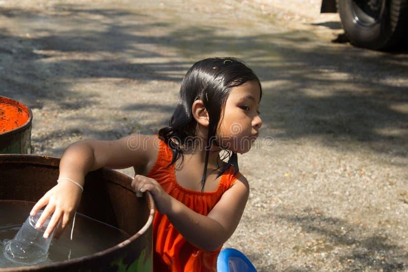 De kinderen speelt water in Songkran-festival of Thais Nieuwjaar ` stock afbeelding